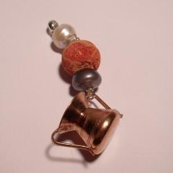 Ciondolo con conca in rame, perle e madrepora