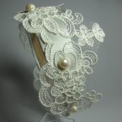 Cerchietto per capelli in raso con merletto bianco e perle