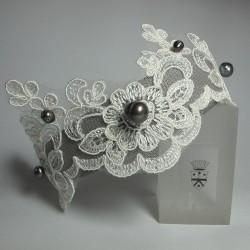 Cerchietto per capelli in tessuto con applicazione di merletto bianco e perle di fiume