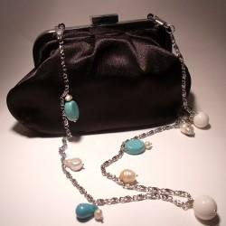 Pochette in raso nera con catena con perle, turchese e madrepora