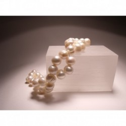Hair clip with freshwater pearls