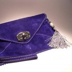 Pochette di pelle color cobalto, nappina grigia, perla ed ematite