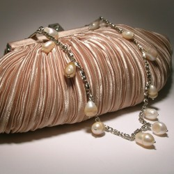 Ivory satin clutch with pleated pattern with chain and pearls