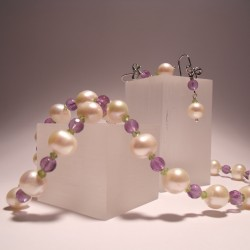 Necklace and earrings with pearls, amethyst and peridot